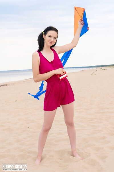 阴暗的 头发的 业余的 穿着 她的 头发 在 辫子 在 的 同 时间 作为 得到 裸体的 在 的 海滩