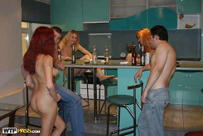 sarhoş genç cariyeler ile seksi ceset katılmak bir tutkulu groupsex