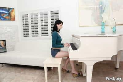 Frapper Alex Harper après Son piano Leçon dans plusieurs pose