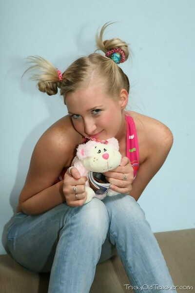 Élégant blonde jeune Inga porte Son cheveux dans boules de bébé Alors que putain Son vieux Tuteur