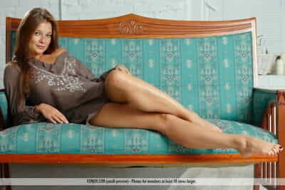 Les jeunes rousse Avec Long cheveux et les jambes Angelina B défroque pour nu tirer
