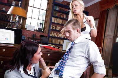 سلوتي تلميذة تمتص قبالة على مدرب بيغيني أخرى نصف و يبتلع له نائب الرئيس