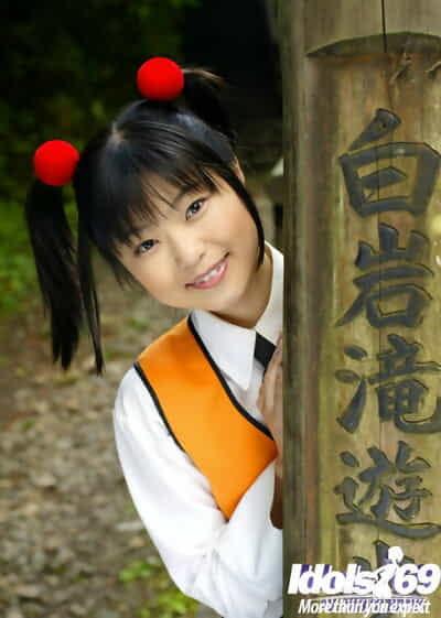 Smiley Asiatische Coed aufschlussreich Ihr petite Frau Pässe und furry Fotze outdoor