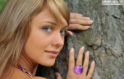 Sparkling blue eyes and fantabulous tanned skin on the shaved teen model