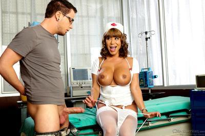 الشرقية ممرضة افا ديفين يأخذ قبالة لها موحدة و يصعد على العطاء عصا