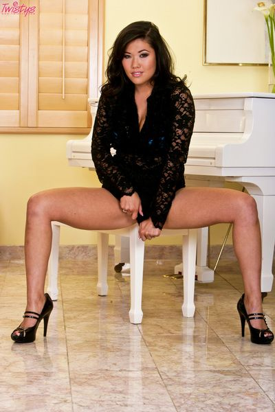 Moist oriental London Keyes takes off her underware and knobs apparatus in her snatch at once