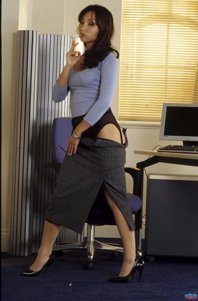 Modern dunkel Haar Pornostar Roxy Jezel in hot Nylons reibt Ihr Fotze in die arbeiten Ort