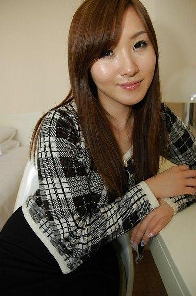 خجولة الشرقية الأميرة مع Nicelooking ابتسامة Shiho كيتاهارا الانزلاق قبالة لها الملابس