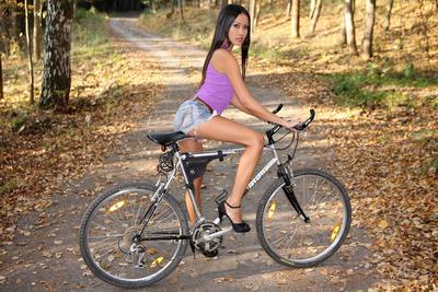 Driving a bicycle is what Chinese instance Davon Kim attracted to to do outdoor although teasing.
