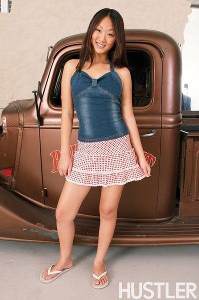 Восточной Кобылка Эвелин Лин с ценные гладкая Мех пирог берет офф ее розовый Короткие юбка и синий шорты