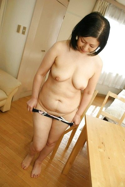 Oriental milf Toyomi Furui shows us her sweet wide-opened vagina!