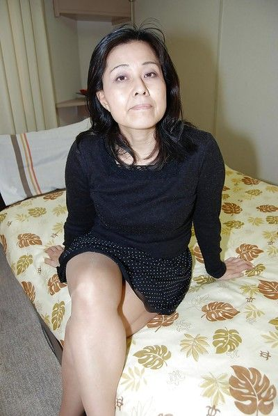 Close up jerking off scene features fatty Japanese milf Mako Anzai