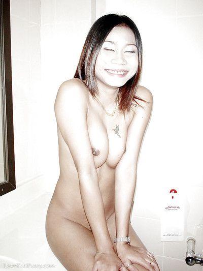 رائع الشرقية المراهقين ملاك تعريض لها قليلا البازوكا و unshaved الفراء فطيرة في على showerroom