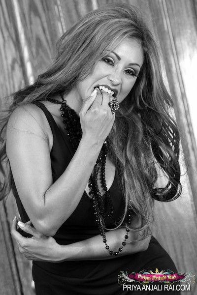 壮观 印度 贝贝 Priya 莱 让 可 配合 的 一个 少数 的 xxx 吸血鬼 抢劫 出来 的 她的 服装 要