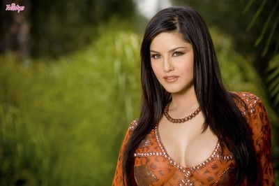 Bonny unlit Sunny Leone slides hand farther down than her tunic to command her heart of hearts added to trinket her..