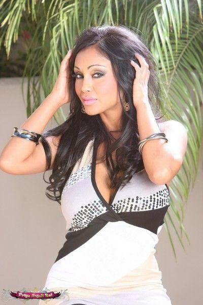 Priya anjali rai is sexy far her black & white sophisticated dress!