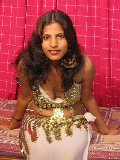 Chap-fallen desi girl stripping out be expeditious for say no to traditional indian costume