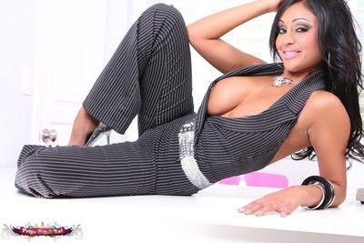بريا انجلى راي في لها المثيرة pinstrip pantsuit