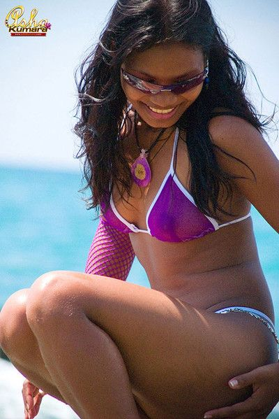 Comely indian babe in arms flashes her dark buns in disregard a close bikini
