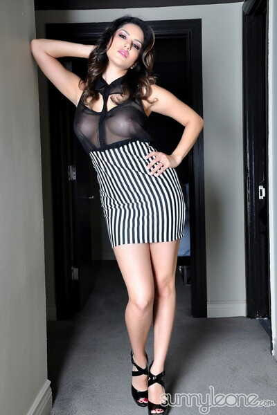 Gorgeous brunette chick Sunny Leone hikes her skirt at hand show her eatable pussy